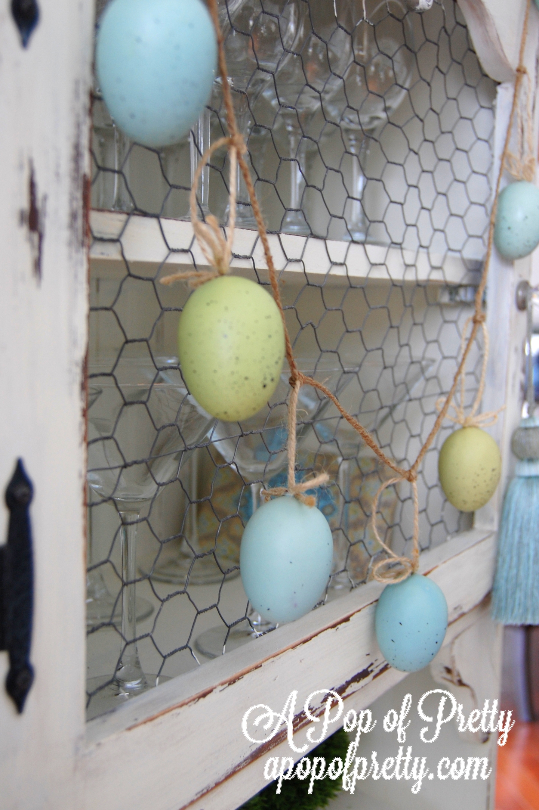 Easter Decorating Ideas: Dip-dyed eggs and paper bunnies!