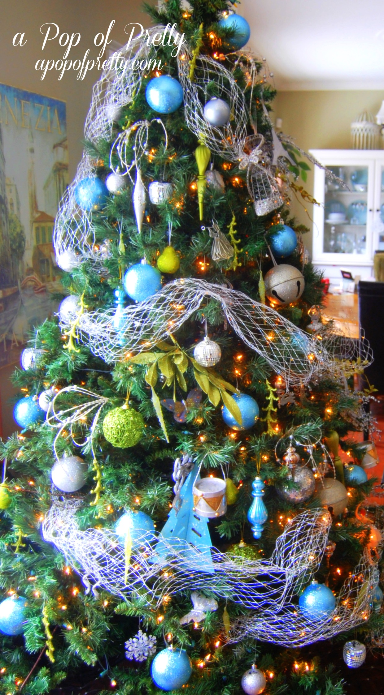 Turquoise christmas tree decorations a pop of pretty for Decoration xmas tree